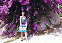 Sarah parmi les luxuriants bougainvilliés d'Eze village
