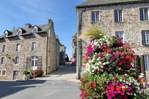 6 Brittany Jugon les Lacs rue du Château Roland Reiter
