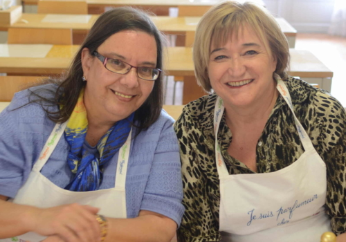 Shirley et Geneviève en tablier et au travail